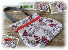 Diese wunderschöne, kleine Tragetasche zum Zuziehen ist ca. 31cm x 30cm groß (Hänkellänge: 30cm lang) & kann bei Regenwetter oben zugezogen werden, damit der Tascheninhalt nicht gleich nass wird. Wasserdicht ist die Tasche allerdings nicht, da sie aus Baumwolle besteht.