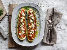 Gefüllte Zucchini mit Tomatensauce und Ziegenkäse