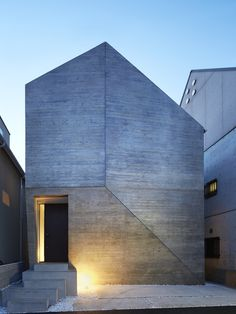 Shirokane House  Projektbeschreibung: The small site is located in a typical Tokyo urban residential area, where houses are closely built up. A pursuit of internal spaces in this house, as a result, changes the Tokyo cityscape a little