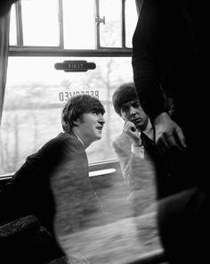"John Lennon and Paul McCartney in ""A Hard Day's Night"" film (backstage photo). The Beatles 1, Beatles Photos, Beatles Band, Great Bands, Cool Bands, John Lennon Paul Mccartney, Paul Mccartney 2017, Night Film, Photo Souvenir"