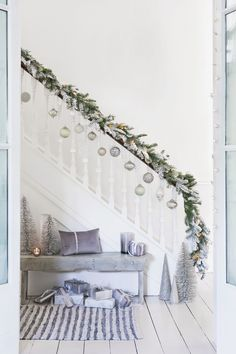 Christmas baubles do not necessarily belong on the Christmas tree, but can be decoratively attached to a banister. Christmas decoration idea Ela ツ elaspecht Weihnachtsdeko Christmas baubles do not n