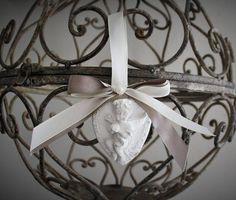 Cœur avec un ange en relief en plâtre poudre de céramique délicatement parfumé agrémenté de double ruban taupe et blanc ivoire a suspendre pour diffuser une agréable senteur !! dimensions : 7cm x5,5cm