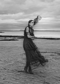 For those days when you want to dress in all black, the December 2015 of ELLE Germany provides some much needed inspiration with this editorial starring Kim Noorda. Photographed by Carl Bengtsson and styled by Kathrin Seidel, the model poses in Scotland while wearing gothic glam looks from the likes of Alberta Ferretti, Alexandra Rich …
