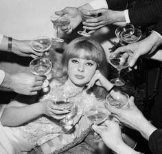 Foto uit de jaren 60. Deze chique dame wordt omringd door elegante champagnecoupes. Hoewel prachtig, drinken we #champagne nu niet vaak meer uit een coupe! Ontdek de evolutie van het champagneglas! http://www.brouzje.nl/de-evolutie-van-het-champagneglas