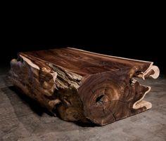 Un grueso tronco de árbol, con su rústica corteza a la vista ,como mesa de centro.