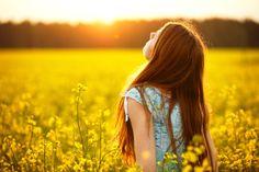 梅雨も明け今年も暑い夏がやってきました。これだけ暑いと、せっかくセットした髪も汗ですぐ崩れてしまったり、髪がうねったり広がったり、くせ毛の人にはとっても辛い季節ですよね。縮毛矯正やストレートパーマをかけるという選択肢もあるけれど、髪の痛みが気になるしお金もかかる……。そんなあなたに朗報なんです♡