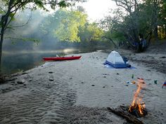 When it relates to camping in the open air, just like everything else, there are always some great tips and camping hacks which makes the getaway a little easier, if not also down right more fun. Kayak Camping, Canoe And Kayak, Camping And Hiking, Camping Life, Family Camping, Kayak Fishing, Camping Hacks, Lake Camping, Camping Glamping