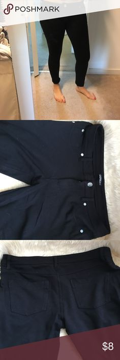 Black cropped legging Worn twice. Low cut with 5 pocket styling. Small front and back pockets are functional. Waist a little loose for me and im size 6-8. Perfect if you just need a basic pair of leggings! Express Pants Leggings