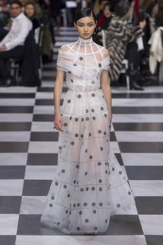 See all the Christian Dior Haute Couture Spring/Summer 2018 photos on Vogue. Christian Dior Couture, Dior Haute Couture, Couture Week, Style Couture, Spring Couture, Dior Fashion, Runway Fashion, Fashion News, Fashion Show