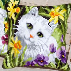 White Cat in Daffodils - Kruissteekkussen - Vervaco