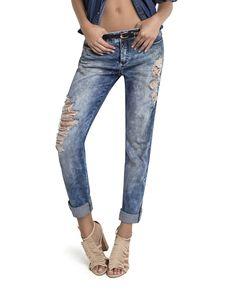 Calça jeans de efeito marmorizado e destroyed, tipo boyfriend bem soltinha e de gancho alongado. Peça superconfortável, estilosa e despojada, a cara do verão! Todo mundo quer ter uma dessas!
