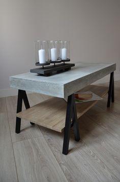 Table basse constituée d'un plateau en béton fibré monté sur une structure métallique noire s'inspirant des tréteaux des tables d'architectes. De plus elle bénéficie d'un b - 2569711