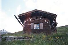 Güngel Cabin is located in Hinterrhein, Switzerland,across from Einshorn Mountain in the Lepotine Alps, at 2000m above sea level.