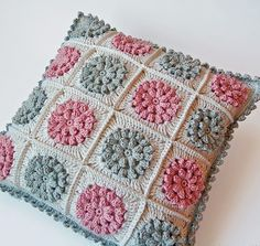Dada's place: More crochet pillows Crochet Pillows, Crochet Pillow Cases, Crochet Home, Easy Crochet, Crochet Baby, Crochet Flower, Crochet Squares, Crochet Stitches, Granny Squares