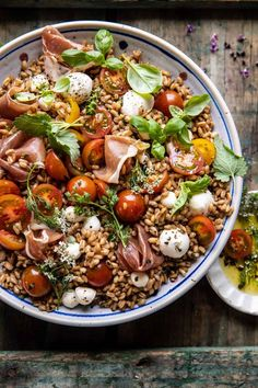 Quick + simple Caprese Prosciutto Farro Salad: Every bite bursts in your mouth, sweet tomatoes, salty prosciutto & mozzarella.for Memorial Day and beyond! Vegetarian Recipes Dinner, Easy Dinner Recipes, Summer Recipes, Easy Dinners, Farro Salad, Pasta Salad, Farro Rice, Tortellini Salad, Avocado Pasta