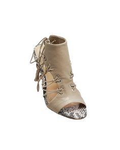Sandália de couro sem forro com tiras. Palmilha forrada em couro com textura e estampa de cobra e couro nude. Salto 10cm. Cristófoli verão 2015.