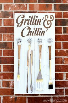 Grillin' and Chillin' Sign tutorial on { lilluna.com }
