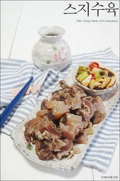 스지수육 따뜻하니 맛있네~스지삶는법도 알려드려요. 쫄깃한 식감이 너무 맛있는 스지를 이용해서 스지수육... A Food, Food And Drink, Asian Recipes, Ethnic Recipes, Asian Foods, Korean Food, Kimchi, Food Plating, Sushi