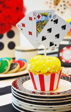Adorna los cupcakes de tu fiesta casino con naipes! Via blog.fiestafacil.com / Decorate the cupcakes at your casino party with playing cards! Via blog.fiestafacil.com