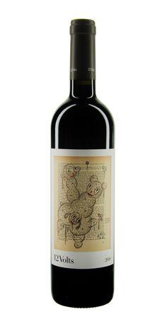 4Kilos 12 Volts - 2006 wurde 4Kilos auf Mallorca gegründet. Der Name der Bodega hat einen ungewöhnlichen Ursprung: 4Kilos bedeutet auf deutsch 4 Kilogramm und steht für 4 Mill. Pesetas. Das war das Startkapital, mit dem das Unternehmen gegründet wurde. Ein moderner Gedanke, der sich auch in den Etiketten widerspiegelt. #Wine #Wein #Bottle #Weinflasche #Design