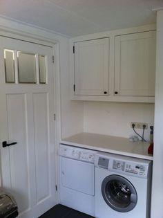 Houten kastjes boven wasmachine #landelijk #hout #diy #wasmachine #wood #closet