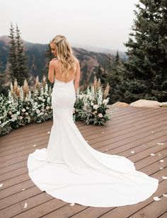 A Dreamy + Misty Mountaintop Wedding in Aspen - Green Wedding Shoes- Fall Aspen Colorado Mountain Wedding on GWS- Looking for a venue with a view? The sights in this mountain wedding in Aspen are stunning. With dreamy ceremony flowers, a boho bridal gown and just a bit of snow, this wedding is perfect inspiration for couples looking to tie the knot in the mountains.