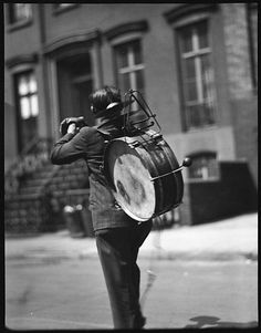 [One-Man Band Street Musician, Possibly Bethune Street, New York City], Walker Evans. The Metropolitan Museum of Art, New York. Walker Evans Photography, Old Photography, Street Photography, Old Photos, Vintage Photos, Elliott Erwitt, Street Musician, Make Pictures, Famous Photographers