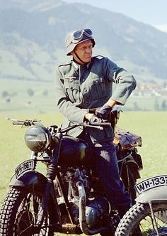 Steve Mcqueen Mustang, Actor Steve Mcqueen, Old Movie Stars, Classic Movie Stars, Classic Movies, Steeve Mcqueen, Good Old Movies, The Great Escape, Famous Movies