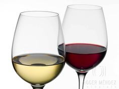 White and red wine in glass cups