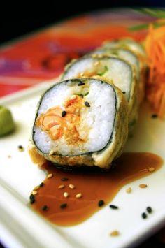 Sushi TuitterRoll: salmón empanizado, puerro y cream cheese por dentro alga por fuera en tempurizado suave bañado en salsita teriyaki