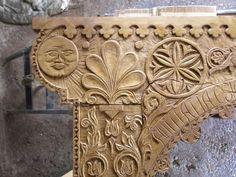 • SZÉKELYKAPU FARAGÁS FAKERÍTÉSEK, FAKERÍTÉS KÉSZÍTÉS ÉPÍTÉS t:0630 9119 444 Wood Carving Art, Bone Carving, Wood Carvings, Wood Art, Door Design, Wall Design, Wood Sculpture, Sculptures, Wood Mantle