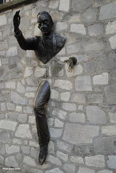 Sculpture de Jean Marais à Montmartre, rue Girardon. Ce passe-muraille qui rend hommage à Marcel Aymé a les traits de Jean Cocteau.