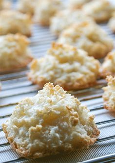 This is how coconut macaroons get juicy and easy! This is how coconut macaroons get juicy and easy! Easy Cookie Recipes, Baking Recipes, Cake Recipes, Dessert Recipes, Sweet Recipes, Breakfast Recipes, Fall Desserts, Christmas Desserts, Halloween Desserts