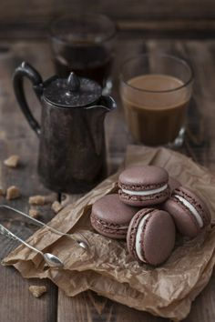 quenalbertini: Coffee or Chocolate with Chocolate Macarons Coffee Photography, Food Photography, Chocolate San Valentin, Chocolate Cafe, Pause Café, Coffee Cafe, Hot Coffee, Tea Cafe, Brown Coffee