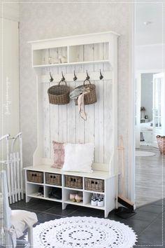 eteinen, eteisen sisustus, vaalea koti, maalaisromanttinen koti, vaatekomero diy, sisustus, interior, romantic home, naulakko diy