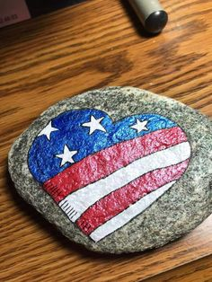 Painted rocks Flag Painting, Pebble Painting, Pebble Art, Stone Painting, Rock Painting Patterns, Rock Painting Ideas Easy, Rock Painting Designs, Stone Crafts, Rock Crafts