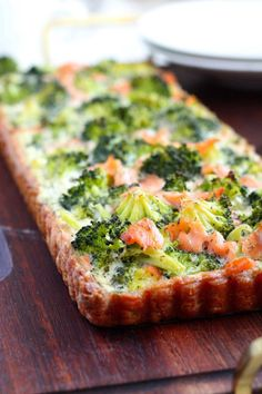 Herkullinen lohi-parsakaalipiirakka - Suklaapossu Veggie Recipes, Fish Recipes, Baking Recipes, Healthy Recipes, Savory Pastry, Savoury Baking, I Love Food, Good Food, Happy Foods