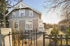 FINN – JELØYA - Ærverdig sveitservilla m/hybel og glassveranda - Stor, idyllisk hage i vakre omgivelser - Nær populær strand!