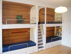 Loft bunk bed - navy version designed by PEPeTA. Planks originally made for saunas make intimate atmosphere. Ideal shared bedroom solution. Palanda v námořnickém stylu. Palubky, původně určené pro sauny, vytváří intimní atmosféru jednotlivých sekcí. Úsporné řešení pro čtyři děti.