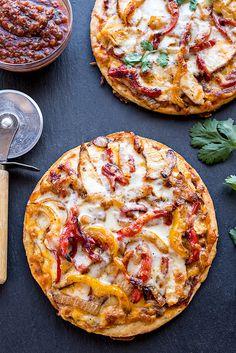 Chicken Fajitas Pizza with Fire-Roasted Tomato Sauce de pizza caseras gourmet Chicken Flatbread, Chicken Pizza, Flatbread Pizza Recipes, Oven Chicken, Stuffed Chicken, Roasted Tomato Sauce, Roasted Tomatoes, Pasta, Fajita Pizza