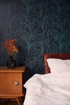 Behang Palmleaves greenblue - roomblush - maak je slaapkamer of woonkamer super gezellig en cosy met deze leuke palm print. Door het gebruik van 2 evenwaardige kleuren vorm je een mooie dynamische gloed op je muur.