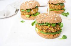 Wortel-linzenburgers! Deze vegetarische burgers zijn zo lekker en makkelijk om te maken! Lekker op een broodje met flink wat toppings en happen maar!