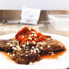 Entraña de ternera con salsa de almendras y pimientos caramelizados #quenombretanlargo #parecenombredecocinamoderna #lasrecetasdeisa #avila  #madewithcariño