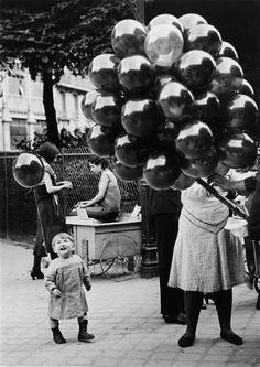 Le Premier Ballon au Parc Montsouris, Paris, Photo by Brassai. Black White Photos, Black And White Photography, Old Pictures, Old Photos, Foto Flash, Street Photography, Art Photography, Brassai, French Photographers