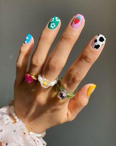 "25.7 mil curtidas, 150 comentários - ❤ Hang Nguyen aka Moon ❤ (@thehangedit) no Instagram: ""Love this happy set"" Chic Nails, Stylish Nails, Trendy Nails, Swag Nails, Nail Manicure, Gel Nails, Hippie Nails, Hippie Nail Art, Vintage Nails"
