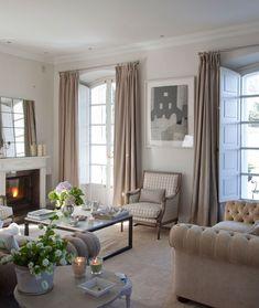 Salón en gris con sofá chester