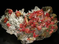 Réalgar sur Quartz avec Chalcopyrite Quirivilca, Pérou Taille=12 x 8 x 5 cm