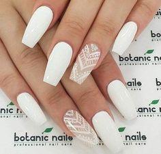 manucure blanche decoration en lignes triangulaires beaute feminine purete