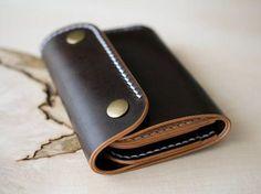 El erizo es un estilo alternativo a la tradicional cartera de doblez del bi. Perfecto para llevar de bolsillo trasero. 4 ranuras para tarjetas caben 3-4 cartas de cada uno de nuevo y también una partición grande para sus notas. Terminado con el hardware d