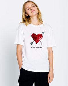 Las camisetas de mujer + modernas de otoño invierno 2016 en PULL&BEAR. Camisetas con mensaje, de rayas, anchas, tie dye o con parches. #freshinstores